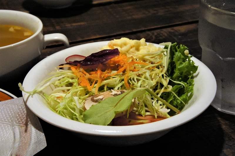 タムラ倉庫 の 野菜の種類が多い本格的なサラダ