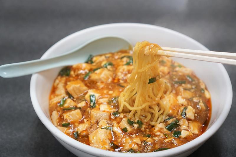布袋のマーボー麺の麺を箸で持ち上げている様子