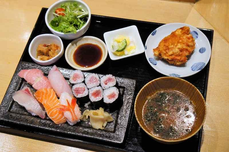 ランチメニューの「季節の握り寿司御膳」がテーブルに置かれている