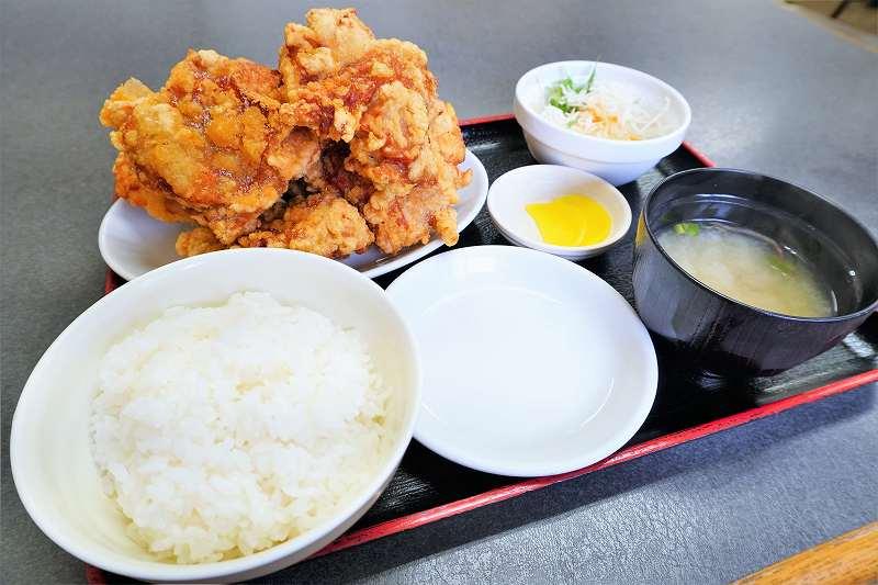 大盛りのザンギの定食がテーブルに置かれている