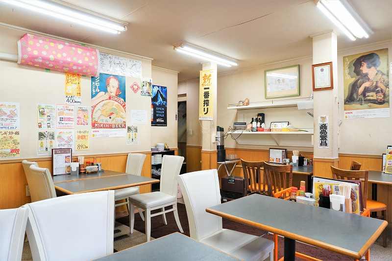 テーブルと椅子がたくさん並ぶカジュアルな雰囲気の店内