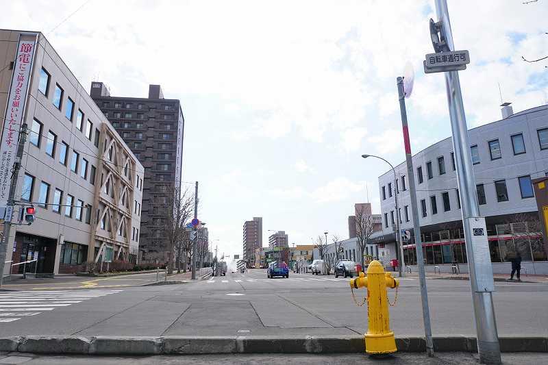 左右に大きな建物がある広い道路