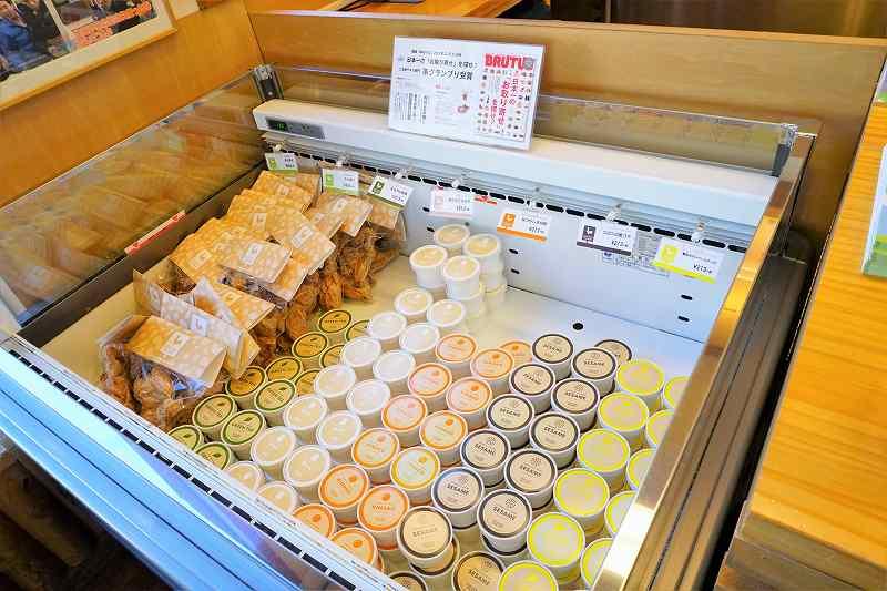 冷凍庫の中にチキンやアイスクリームが陳列されている