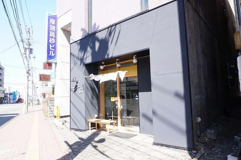 ダークグレイのシックな外観のワイン食堂Yamaの外観