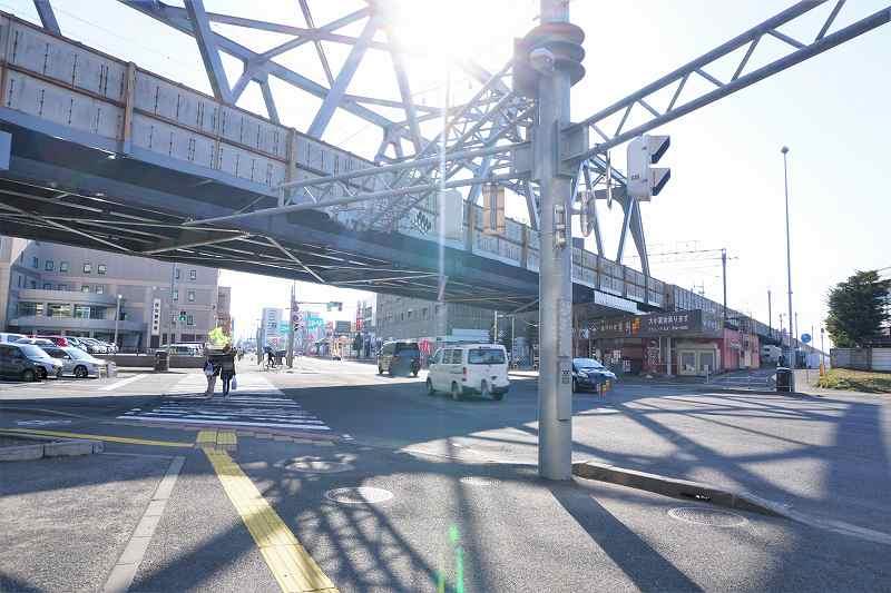 JR新札幌駅近くにある12号線沿いを車が走っている