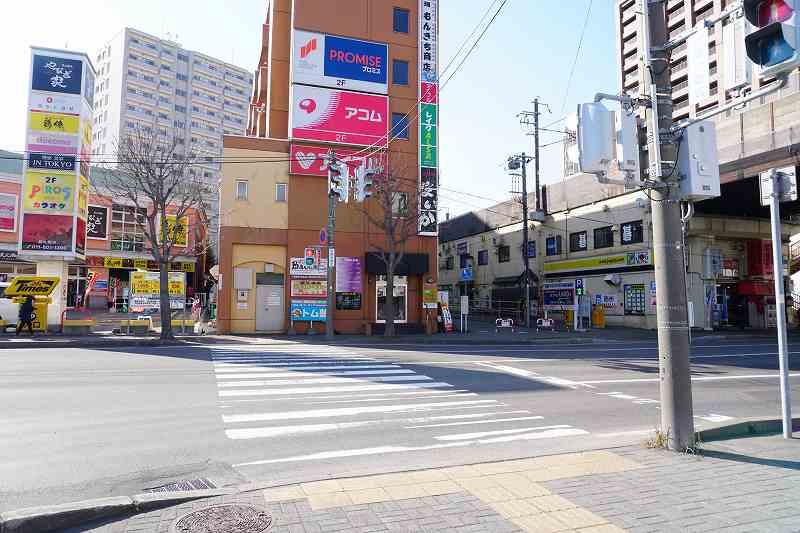 新札幌駅近くの大きな道路と信号