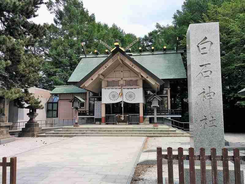 白石神社の境内
