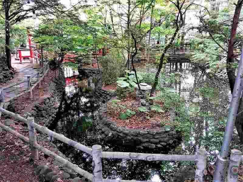 白石神社の中にあり立派な池
