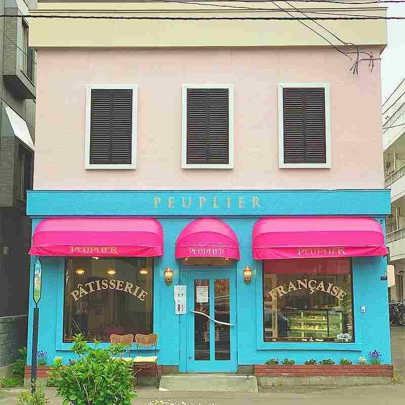 ビビットなピンクとブルーが可愛いププリエの外観