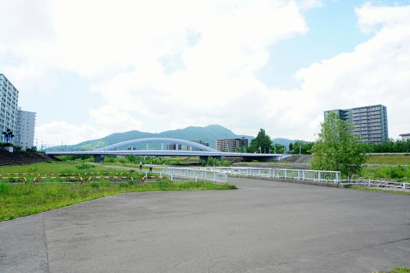豊平川河川敷と幌平橋