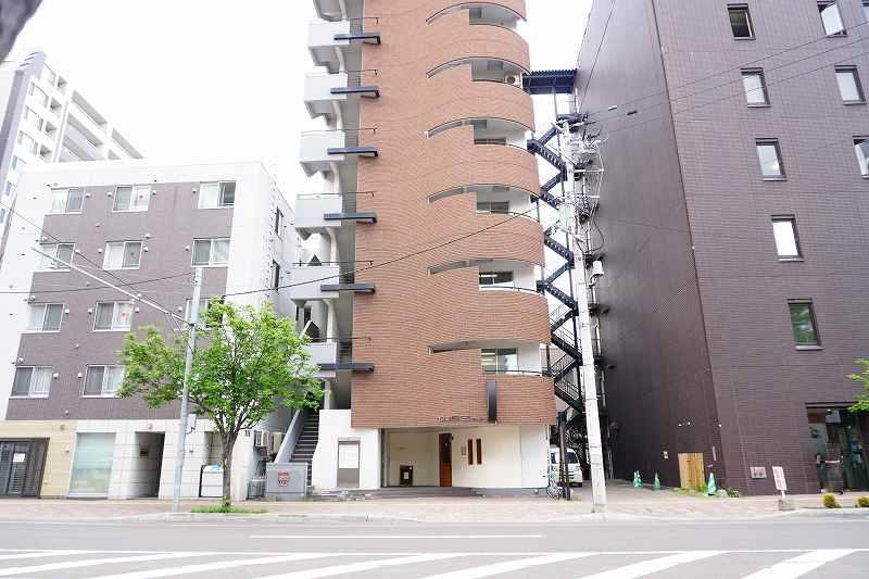 Osteria Yoshie(オステリア ヨシエ)が入る札幌市中央区に建つビルの外観