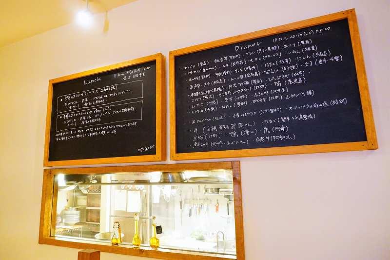 Osteria Yoshie(オステリア ヨシエ)のイートインメニューが壁に貼られている