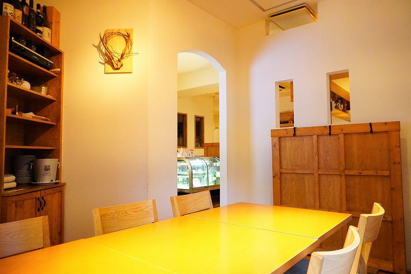 白い壁で仕切られた半個室のテーブル席