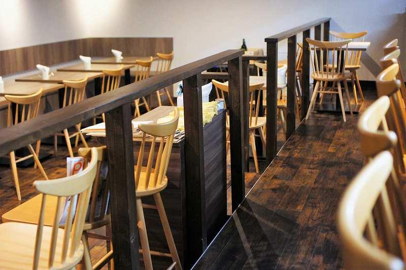 イスとテーブルがたくさん並ぶ「地下バル Cheers(チアーズ)」の内観