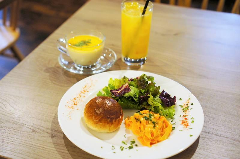 前菜プレート、スープ、ドリンクがテーブルに置かれている