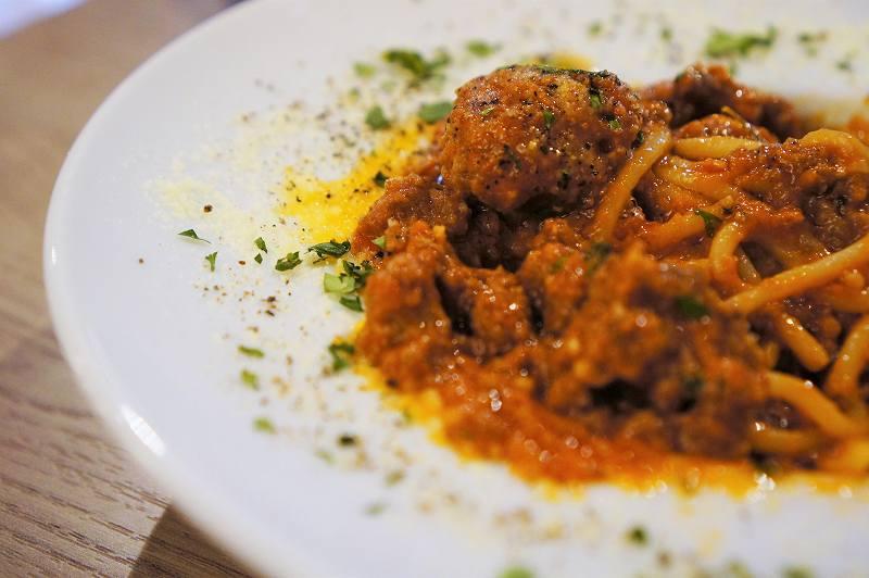 挽肉がたっぷり入ったトマトソースのパスタがテーブルに置かれている