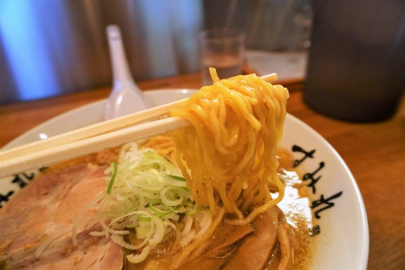 すみれ札幌すすきの店 のラーメンの麺は 西山製麺 の 中太縮れ麺