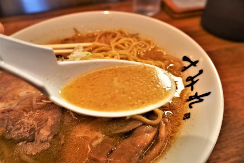 ラードたっぷりで超濃厚な すみれ札幌すすきの店 のスープ