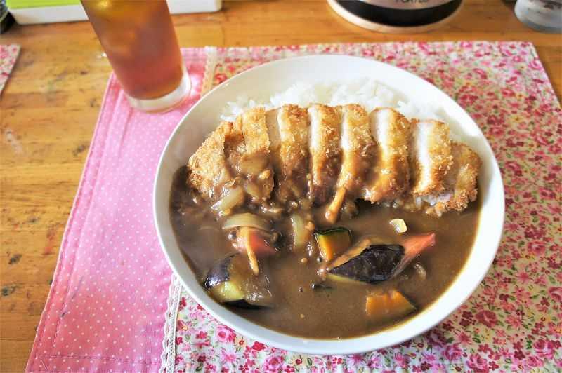大きな野菜がゴロゴロ入った セレーノ の ポークカツカレー