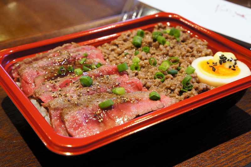 きれいな赤身のステーキ肉とそぼろ肉のお弁当