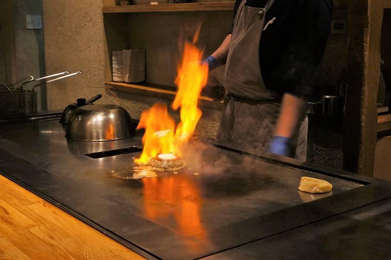 大きな炎をあげて焼き上げるハンバーグ