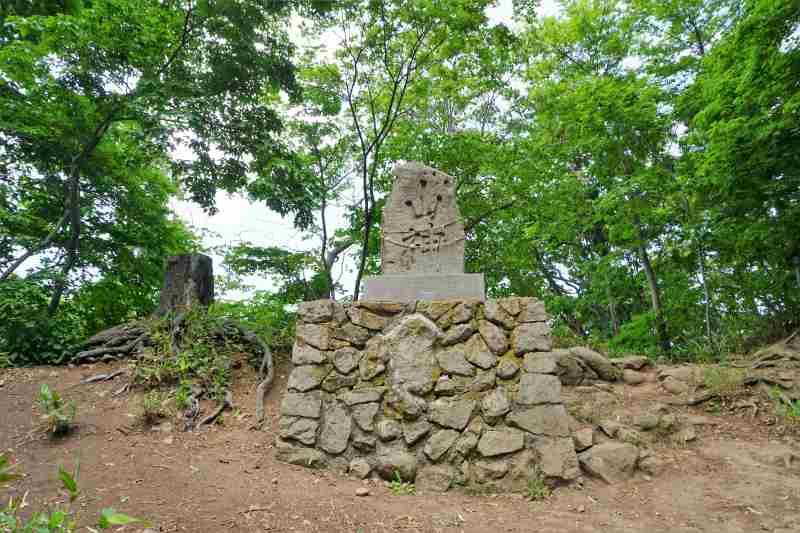 円山山頂にある「山神」の碑