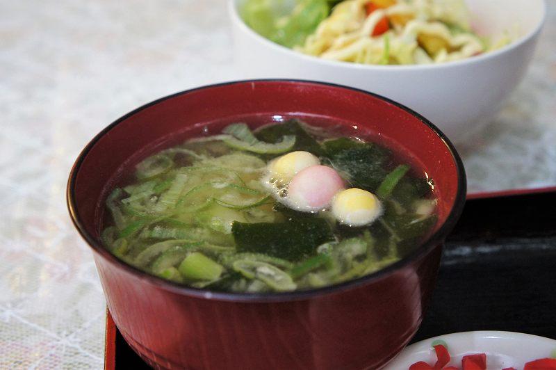 長ネギ、麩が入った味噌汁とサラダがテーブルに置かれている