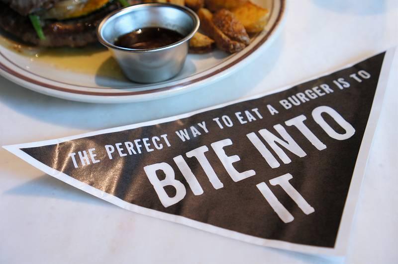 グルメバーガーを食べるときに使うバーガーペーパーがテーブルに置かれている