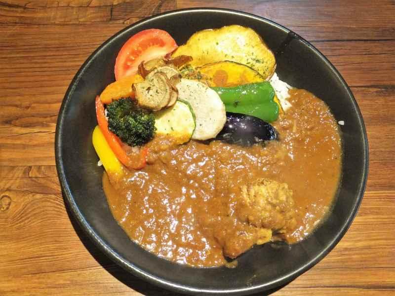 彩り豊かな エイトカレー の 煮込みチキンと素揚げ野菜のカレー