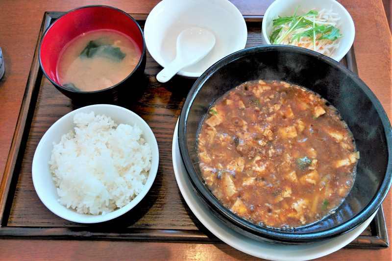 餃子の花家 の アツアツの土鍋麻婆豆腐のランチセット