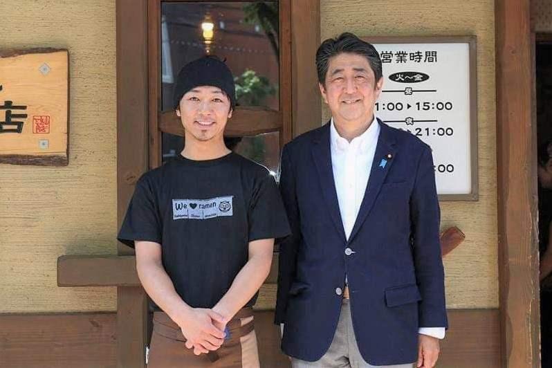 吉山商店 店主 関山さん と 阿部総理大臣