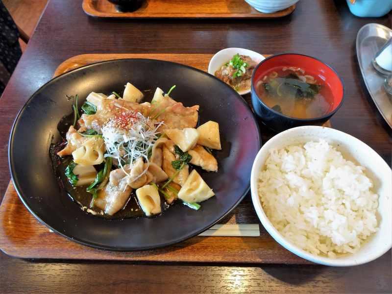 「ひこま豚食堂&精肉Boodeli」の せりと蓮根の豚黒酢炒め