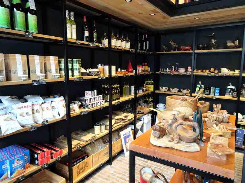 食品、雑貨などが並ぶ「キオスコ」の内観