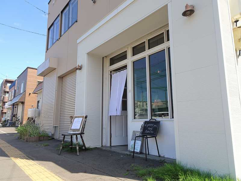 白を基調とした「アプティパ」の店舗入口
