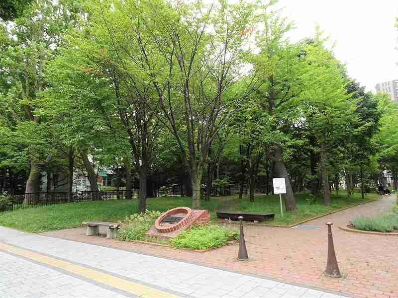 木が多く生えている公園の入口の様子