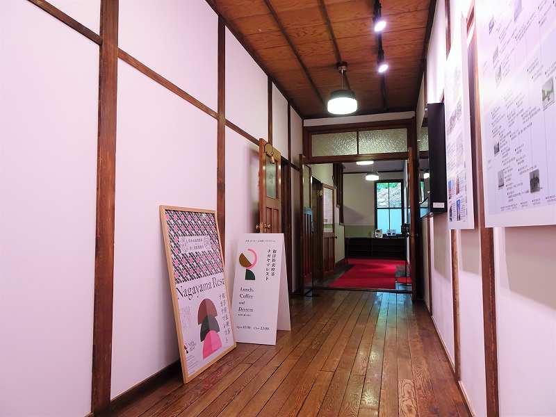 白と茶色を基調とした「旧三菱鉱業寮」の内観