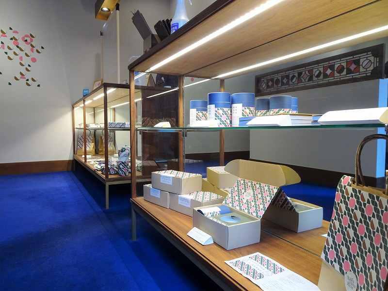 「和洋折衷喫茶 ナガヤマレスト」のオリジナルグッズが陳列されている様子