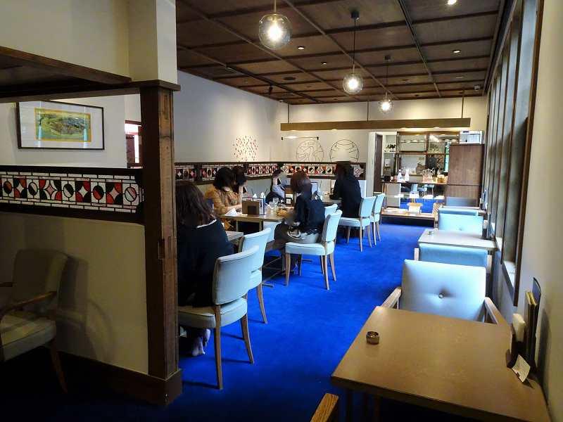 鮮やかなロイヤルブルーの絨毯が敷かれた「和洋折衷喫茶 ナガヤマレスト」の店内