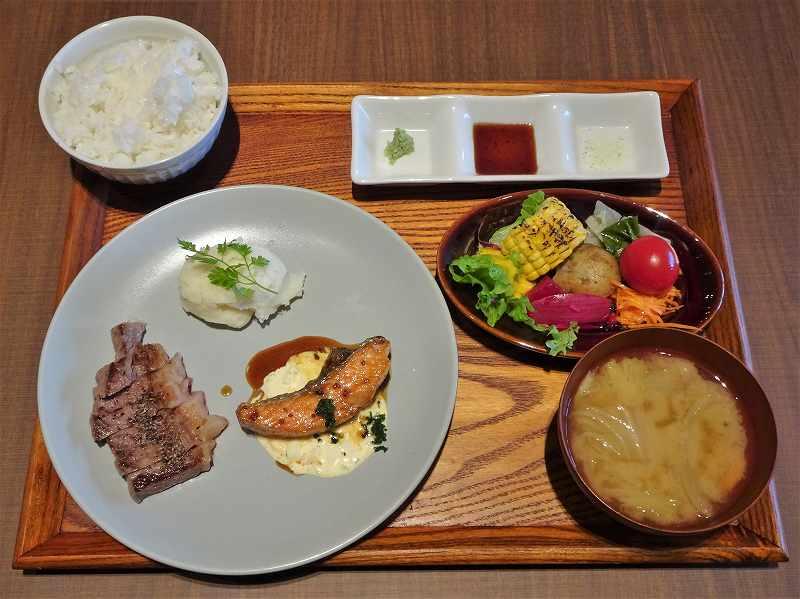 お肉とお魚の定食がテーブルに置かれている