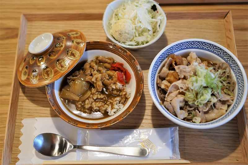カレーと蕎麦の定食がテーブルに置かれている