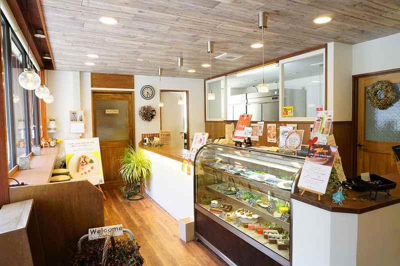 ケーキのショーケースとカウンター席がある、ロースイーツ専門店プティカコの店内の様子