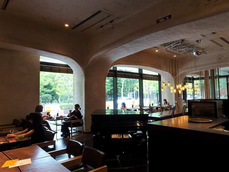 大きな窓とアーチが印象的な「椿サロン 赤レンガテラス店」の内観