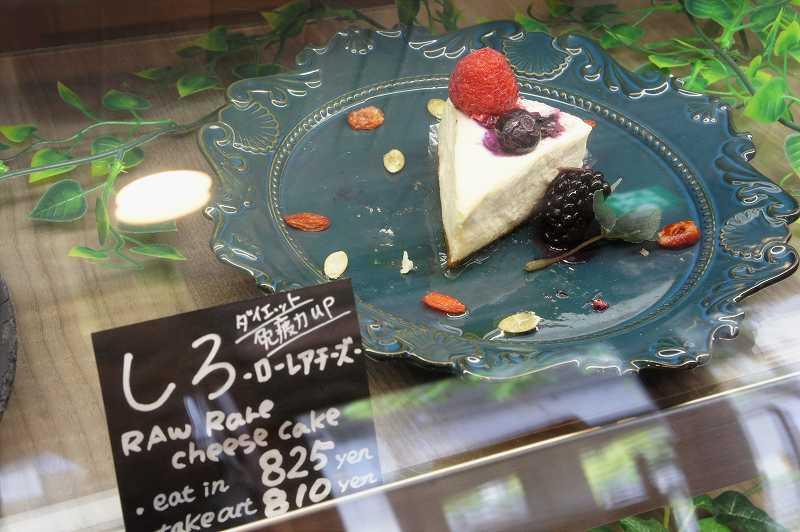 ローレアチーズケーキ「しろ」がガラスのショーケースに入れられている