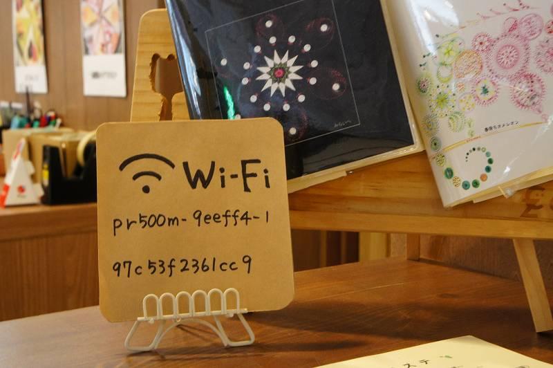 Wi-Fiのパスワードを書いた紙がカウンターに置かれている