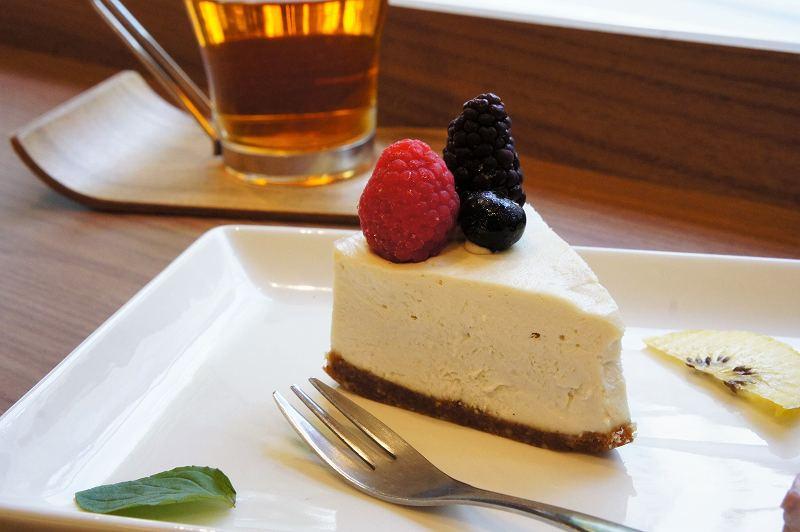 3種のベリーがのったローレアチーズケーキがのったお皿が、テーブルに置かれている