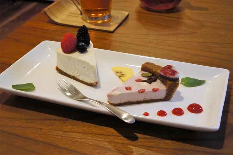 3種のベリーがのったローケーキとベリータルトが、テーブルに置かれている