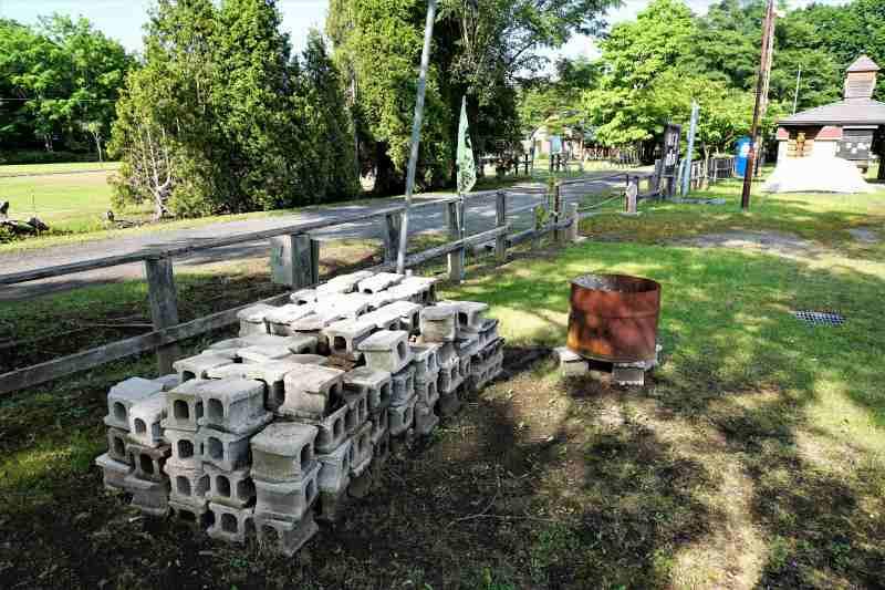 江別森林キャンプ場 の ブロックと炭入れ用のドラム缶