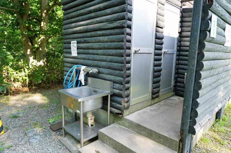 江別市森林キャンプ場の男子トイレ