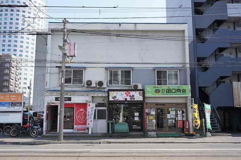 「暁カレー」のある建物外観