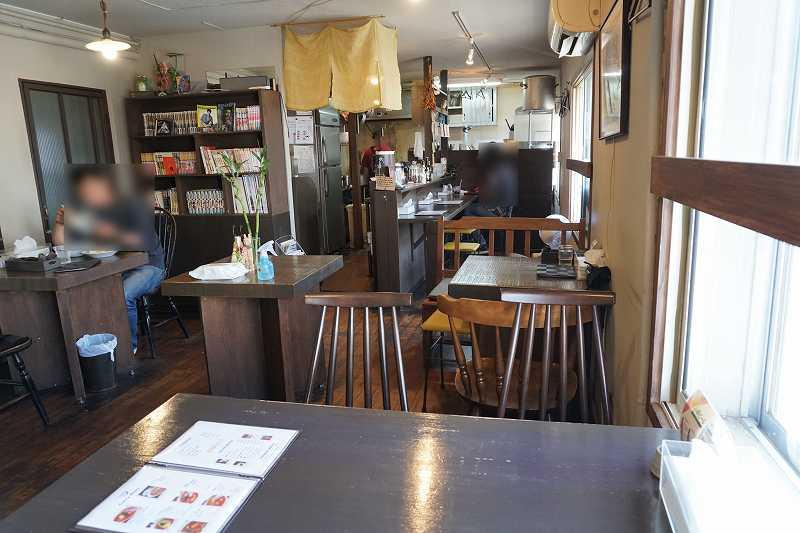 テーブル席3つ、カウンター席が4つある暁 AKATSUKI CURRY(あかつきカレー)の店内